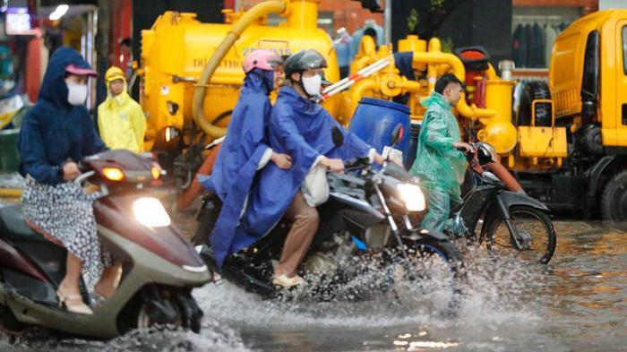 Đường phố Hà Nội ngập trong 'biển nước' sau cơn mưa lớn chiều nay Ảnh 8