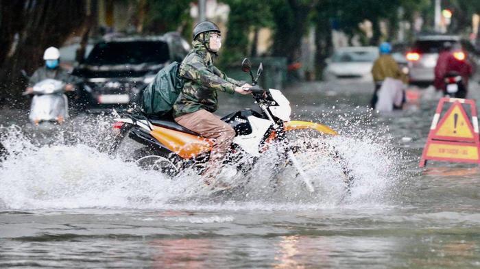 Đường phố Hà Nội ngập trong 'biển nước' sau cơn mưa lớn chiều nay Ảnh 6