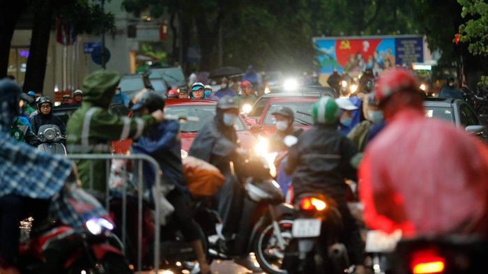 Đường phố Hà Nội ngập trong 'biển nước' sau cơn mưa lớn chiều nay Ảnh 18