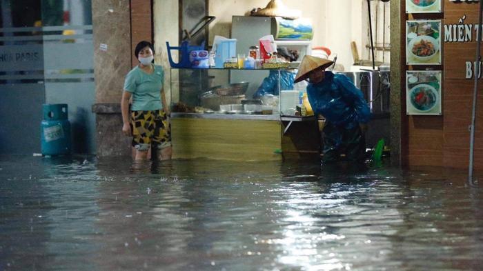 Đường phố Hà Nội ngập trong 'biển nước' sau cơn mưa lớn chiều nay Ảnh 17