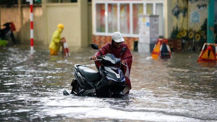 Đường phố Hà Nội ngập trong 'biển nước' sau cơn mưa lớn chiều nay Ảnh 15