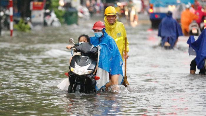 Đường phố Hà Nội ngập trong 'biển nước' sau cơn mưa lớn chiều nay Ảnh 16
