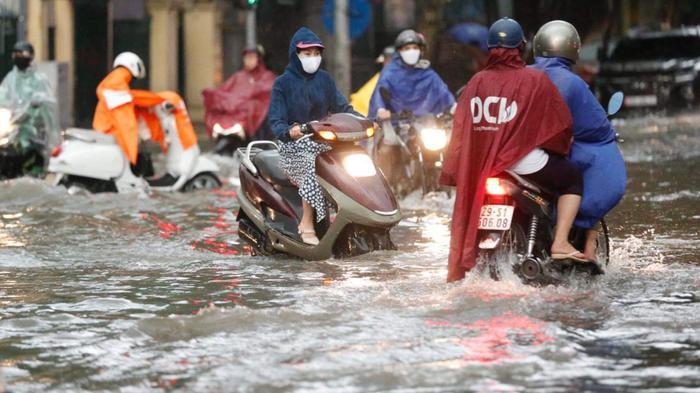 Đường phố Hà Nội ngập trong 'biển nước' sau cơn mưa lớn chiều nay Ảnh 11
