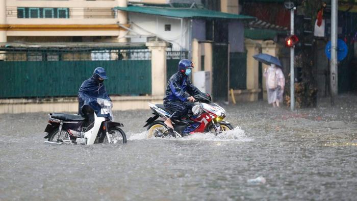 Đường phố Hà Nội ngập trong 'biển nước' sau cơn mưa lớn chiều nay Ảnh 1