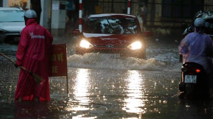 Đường phố Hà Nội ngập trong 'biển nước' sau cơn mưa lớn chiều nay Ảnh 3