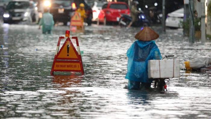 Đường phố Hà Nội ngập trong 'biển nước' sau cơn mưa lớn chiều nay Ảnh 19