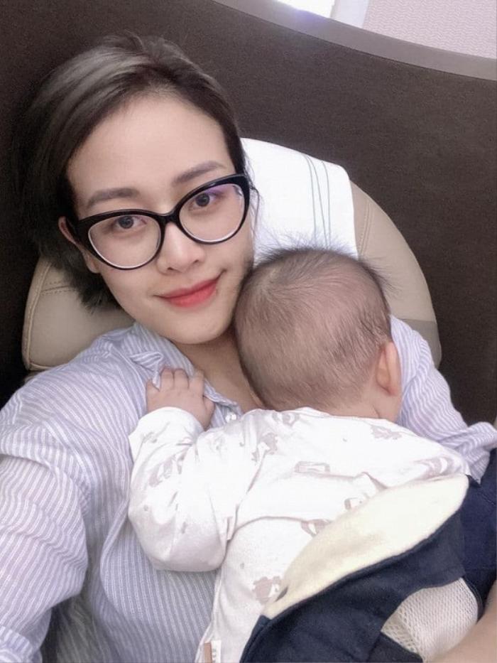 MC Phí Linh bất cẩn 'ở phút thứ 90' làm con gái 8 tháng tuổi bị bỏng trong chuyến đi xa đầu tiên