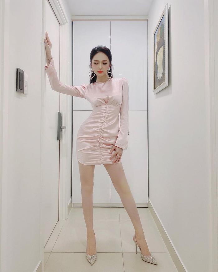 Hương Giang khoe trọn đôi chân dài đắt giá, Puka khiến fan xuýt xoa vì vòng eo tí hon Ảnh 1