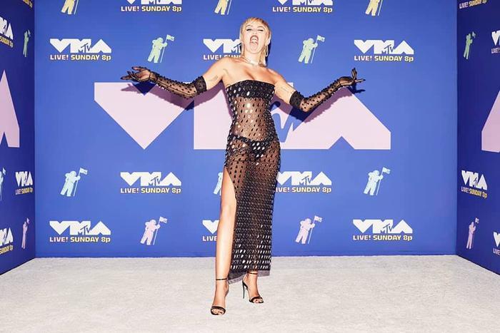 Miley Cyrus ăn mừng hậu VMAs với loạt ảnh 'thả rông' nóng bỏng, lại còn đăng kèm dòng trạng thái gọi tên BTS khó hiểu