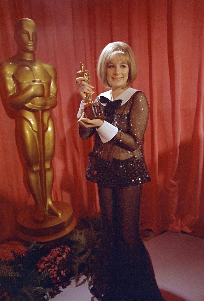 8 câu chuyện 'dở khóc dở cười' ẩn sau những chiếc váy thảm đỏ huyền thoại của sao Hollywood Ảnh 1
