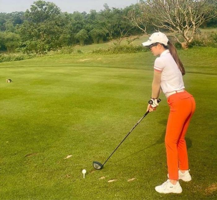 Style chơi golf của dàn mỹ nhân Việt: Hương Giang khoe đôi chân cực phẩm, Huyền My lại kín bưng Ảnh 12