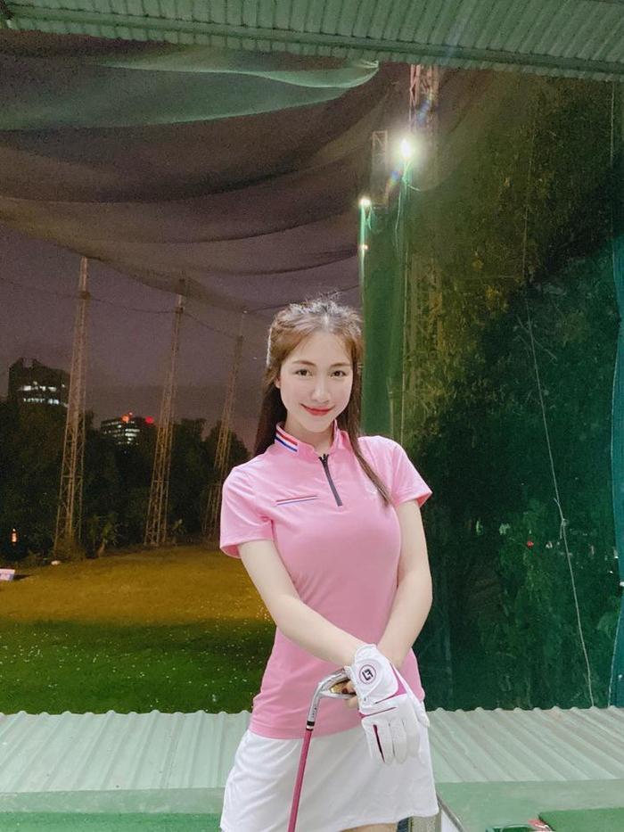 Style chơi golf của dàn mỹ nhân Việt: Hương Giang khoe đôi chân cực phẩm, Huyền My lại kín bưng Ảnh 4