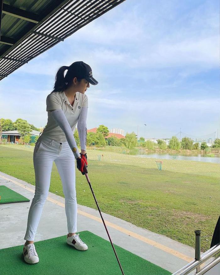 Style chơi golf của dàn mỹ nhân Việt: Hương Giang khoe đôi chân cực phẩm, Huyền My lại kín bưng Ảnh 6