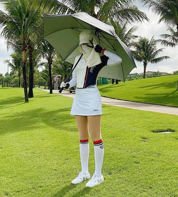 Style chơi golf của dàn mỹ nhân Việt: Hương Giang khoe đôi chân cực phẩm, Huyền My lại kín bưng Ảnh 8