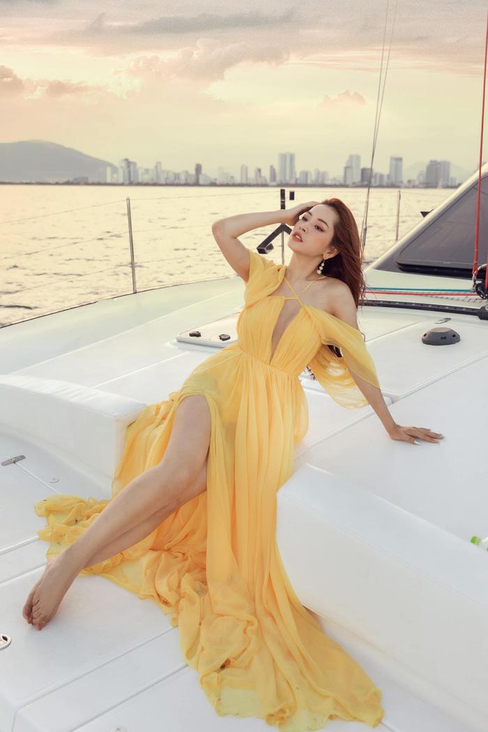 Chi Pu mặc đầm xẻ cao thả dáng trên du thuyền, đôi chân dài miên man đến choáng ngợp Ảnh 2