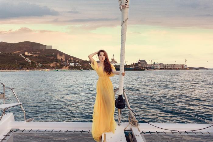 Chi Pu mặc đầm xẻ cao thả dáng trên du thuyền, đôi chân dài miên man đến choáng ngợp Ảnh 3