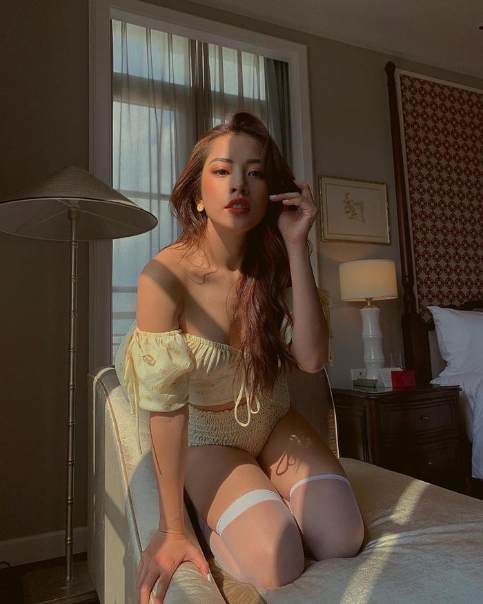 Chi Pu mặc đầm xẻ cao thả dáng trên du thuyền, đôi chân dài miên man đến choáng ngợp Ảnh 4