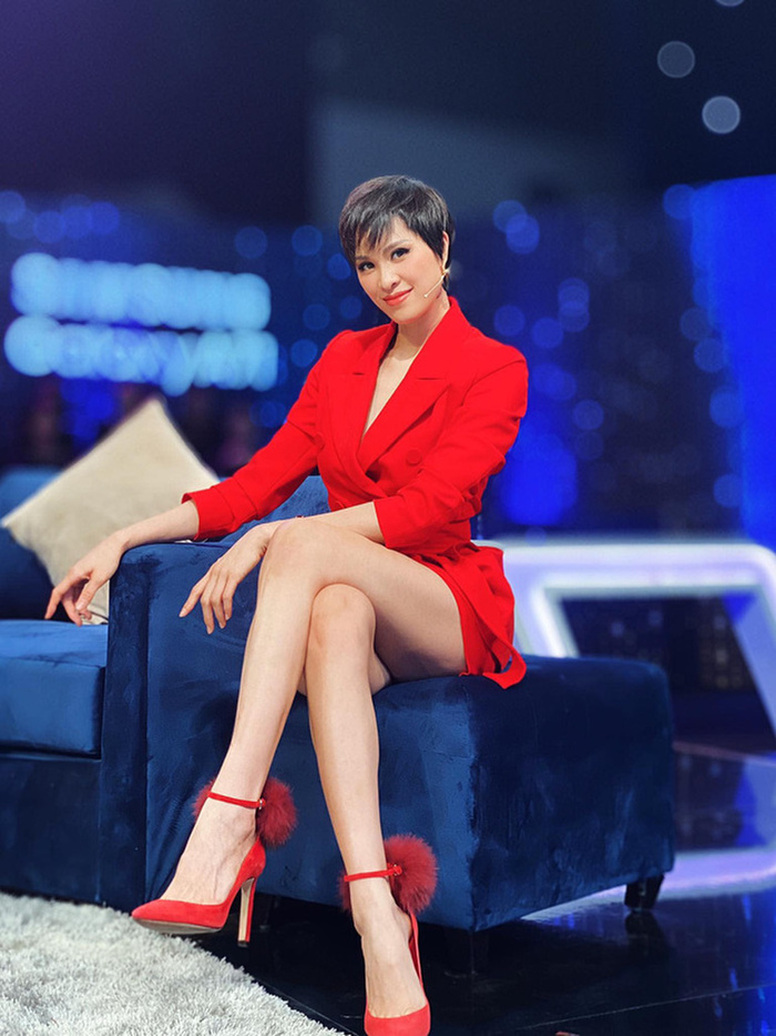 Mặc váy siêu ngắn lên sóng truyền hình: Sao Việt ngượng chín mặt liên tục tìm cách che đậy Ảnh 11