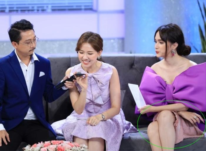 Mặc váy siêu ngắn lên sóng truyền hình: Sao Việt ngượng chín mặt liên tục tìm cách che đậy Ảnh 13