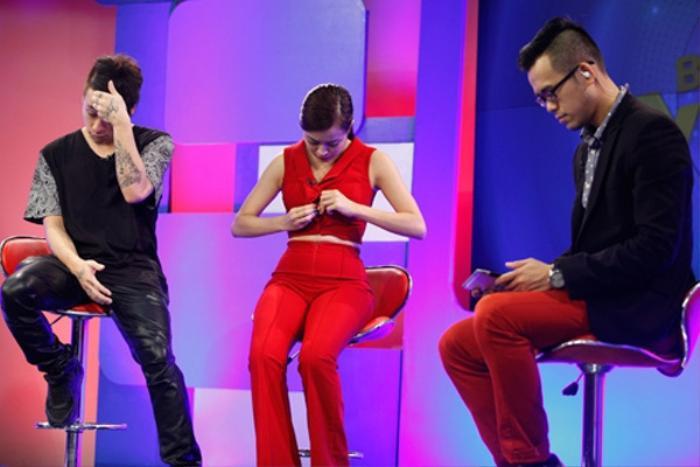 Mặc váy siêu ngắn lên sóng truyền hình: Sao Việt ngượng chín mặt liên tục tìm cách che đậy Ảnh 16
