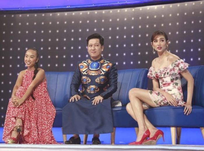 Mặc váy siêu ngắn lên sóng truyền hình: Sao Việt ngượng chín mặt liên tục tìm cách che đậy Ảnh 8