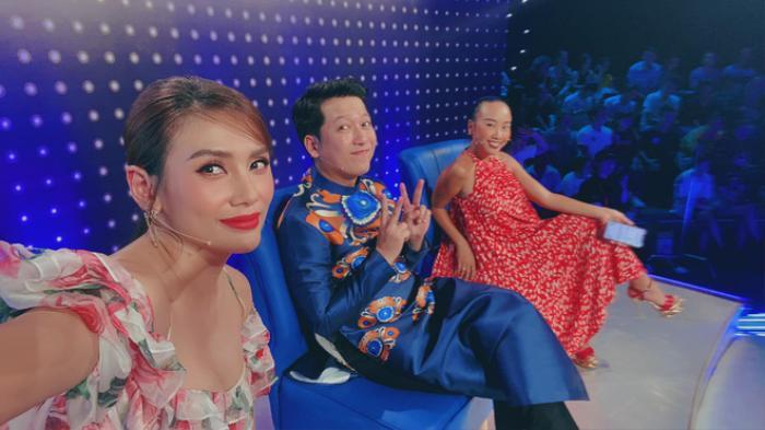 Mặc váy siêu ngắn lên sóng truyền hình: Sao Việt ngượng chín mặt liên tục tìm cách che đậy Ảnh 9