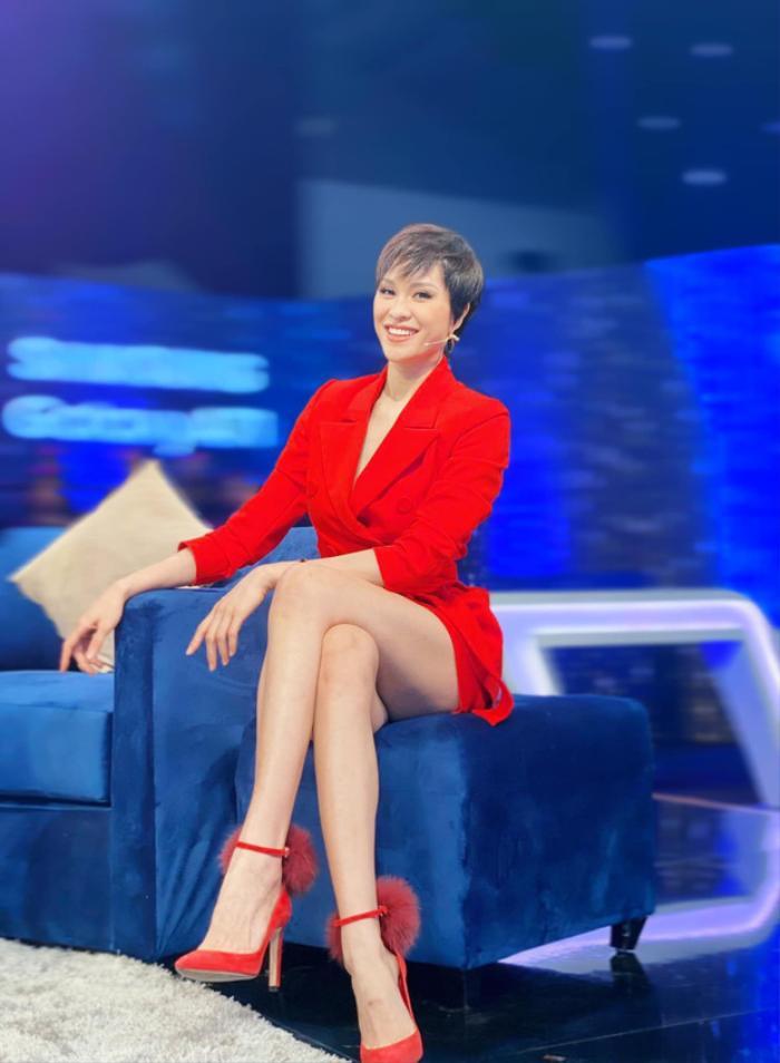 Mặc váy siêu ngắn lên sóng truyền hình: Sao Việt ngượng chín mặt liên tục tìm cách che đậy Ảnh 10