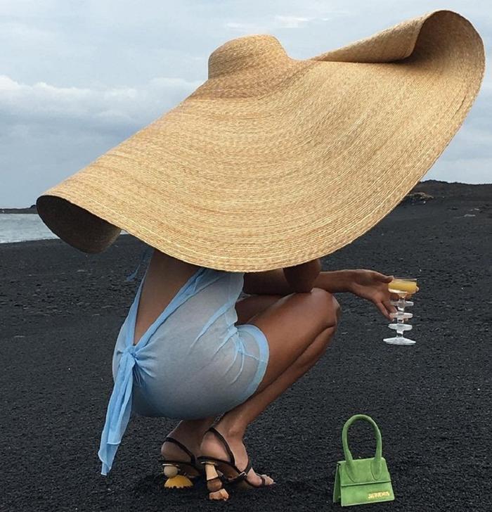 Hoa hậu Phương Khánh, Phạm Quỳnh Anh khoe sắc vóc đầy quyến rũ với mũ rộng vành 'che được cả thế giới' Ảnh 1