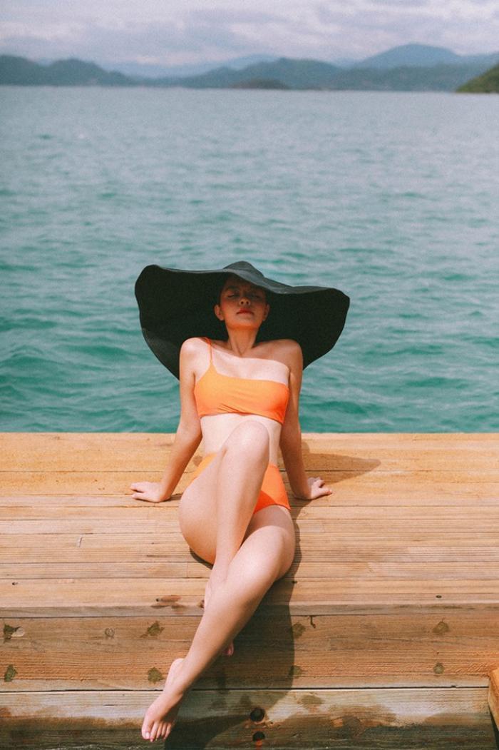 Hoa hậu Phương Khánh, Phạm Quỳnh Anh khoe sắc vóc đầy quyến rũ với mũ rộng vành 'che được cả thế giới' Ảnh 3