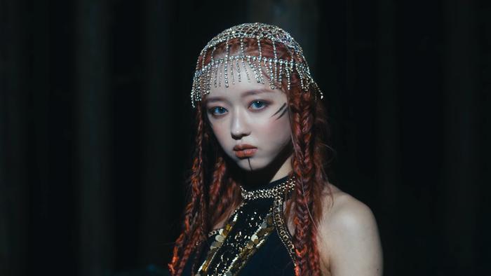 YooA (Oh My Girl) debut solo với MV Bon Voyage: Nhận được 'cơn mưa' lời khen từ knet với concept mới lạ. Ảnh 12