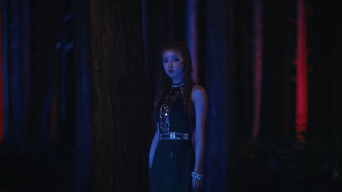 YooA (Oh My Girl) debut solo với MV Bon Voyage: Nhận được 'cơn mưa' lời khen từ knet với concept mới lạ. Ảnh 13
