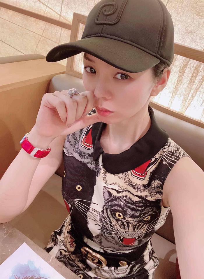 Không khoe hàng hiệu, Hương Giang, Lý Nhã Kỳ, Lệ Quyên khiến fan choáng khi đeo nhẫn kim cương siêu to khổng lồ Ảnh 2