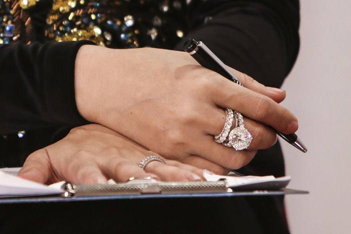 Không khoe hàng hiệu, Hương Giang, Lý Nhã Kỳ, Lệ Quyên khiến fan choáng khi đeo nhẫn kim cương siêu to khổng lồ Ảnh 10