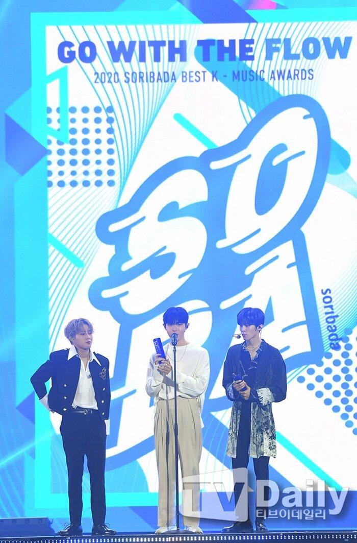 Á quân 'Produce X 101' Kim Woo Seok tựa nam thần trong đồng phục học sinh Ảnh 24