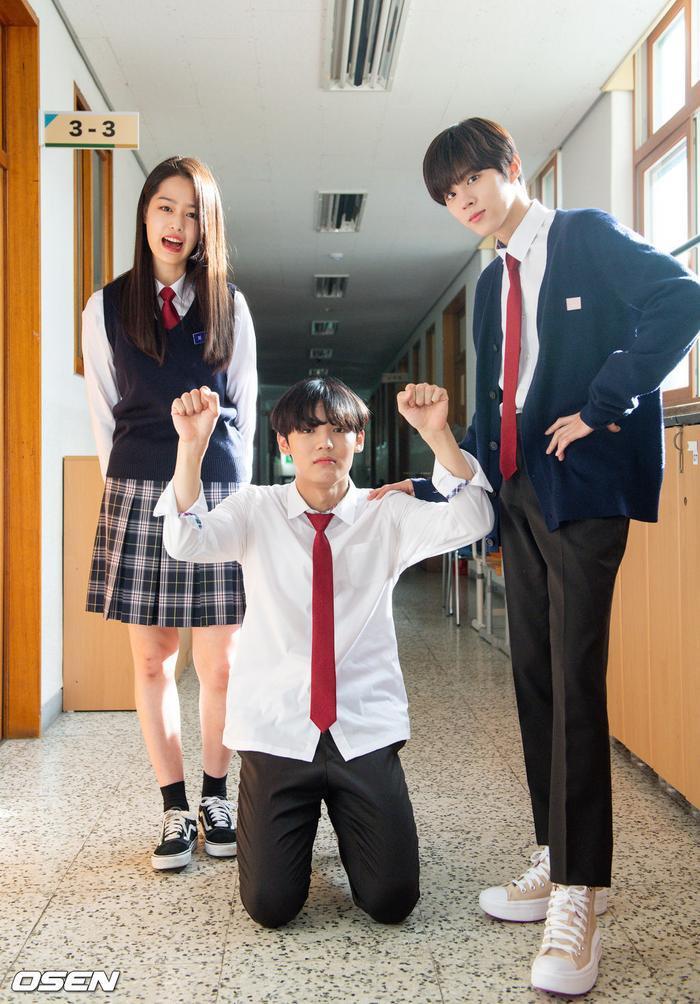 Á quân 'Produce X 101' Kim Woo Seok tựa nam thần trong đồng phục học sinh Ảnh 22
