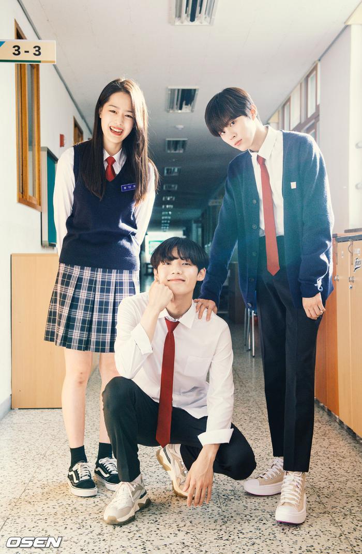 Á quân 'Produce X 101' Kim Woo Seok tựa nam thần trong đồng phục học sinh Ảnh 20