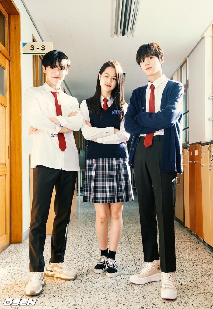 Á quân 'Produce X 101' Kim Woo Seok tựa nam thần trong đồng phục học sinh Ảnh 18
