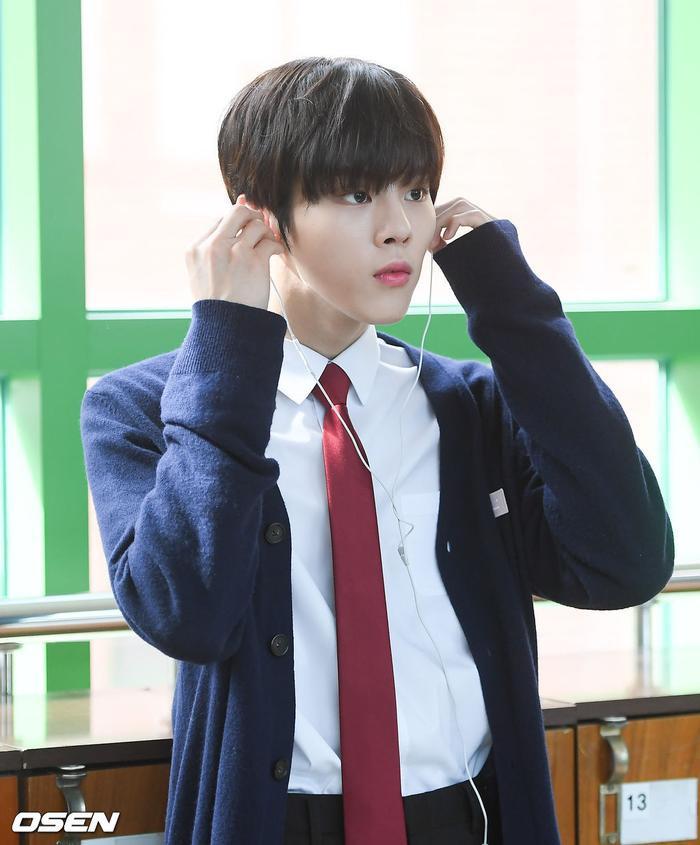 Á quân 'Produce X 101' Kim Woo Seok tựa nam thần trong đồng phục học sinh Ảnh 12