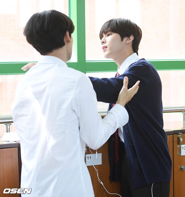 Á quân 'Produce X 101' Kim Woo Seok tựa nam thần trong đồng phục học sinh Ảnh 11