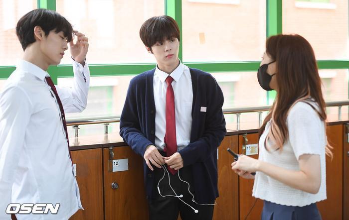 Á quân 'Produce X 101' Kim Woo Seok tựa nam thần trong đồng phục học sinh Ảnh 10
