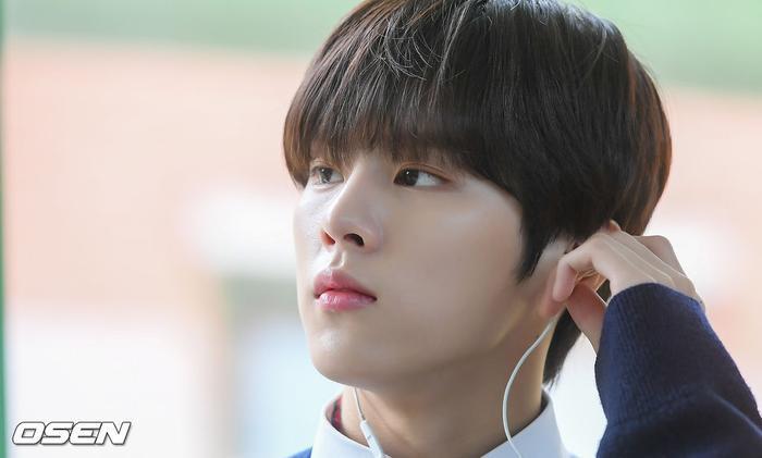 Á quân 'Produce X 101' Kim Woo Seok tựa nam thần trong đồng phục học sinh Ảnh 13