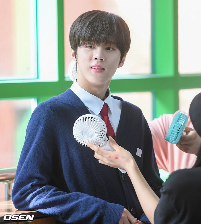 Á quân 'Produce X 101' Kim Woo Seok tựa nam thần trong đồng phục học sinh Ảnh 8