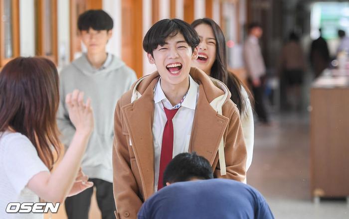 Á quân 'Produce X 101' Kim Woo Seok tựa nam thần trong đồng phục học sinh Ảnh 2