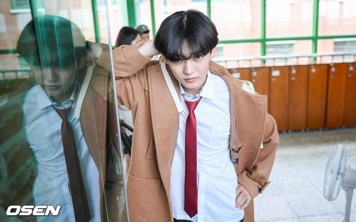 Á quân 'Produce X 101' Kim Woo Seok tựa nam thần trong đồng phục học sinh Ảnh 3