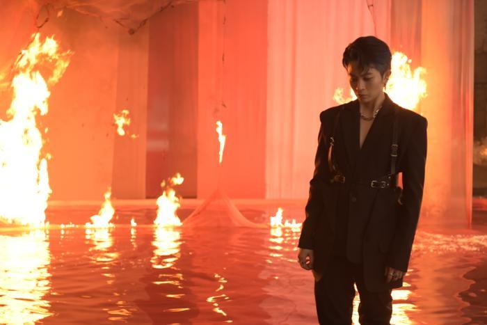 Sau hình ảnh ôm ấp gái lạ, Gil Lê lại khiến fan 'mê như điếu đổ' trong teaser MV đẹp trai không góc chết Ảnh 4