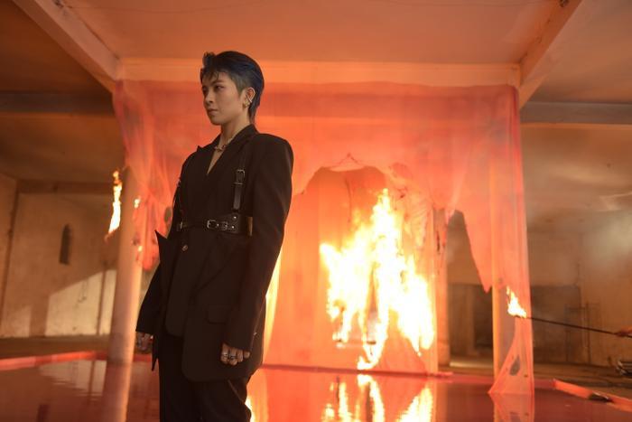 Sau hình ảnh ôm ấp gái lạ, Gil Lê lại khiến fan 'mê như điếu đổ' trong teaser MV đẹp trai không góc chết Ảnh 5