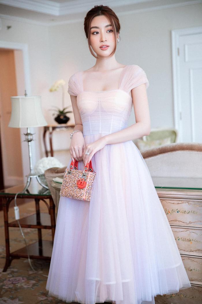 Hoa hậu Đỗ Mỹ Linh dịu dàng mong manh với váy chuyển sắc, nét đẹp chuẩn 'nàng thơ' Ảnh 2