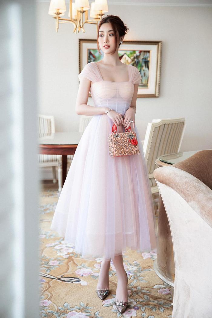 Hoa hậu Đỗ Mỹ Linh dịu dàng mong manh với váy chuyển sắc, nét đẹp chuẩn 'nàng thơ' Ảnh 4