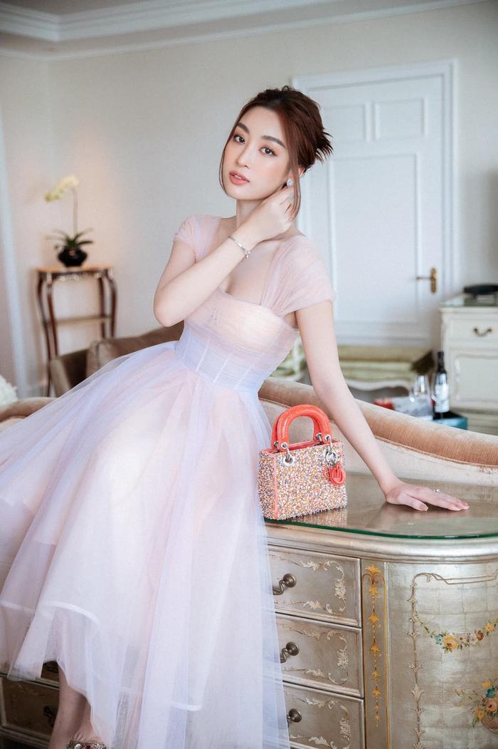 Hoa hậu Đỗ Mỹ Linh dịu dàng mong manh với váy chuyển sắc, nét đẹp chuẩn 'nàng thơ' Ảnh 3