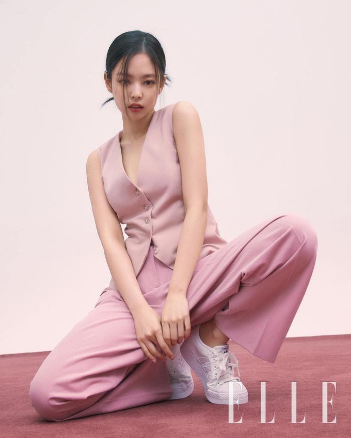 Ngọc Trinh & Jennie Black Pink phải lòng vẻ đẹp thanh lịch khi cùng diện trang phục suit hồng ngọt ngào Ảnh 1